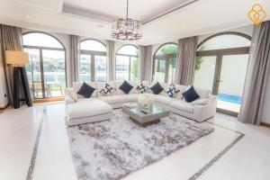 Keys Please Holiday Homes - Villa with Private Beach on Frond D - Palm Jumeirah Island, Дубай