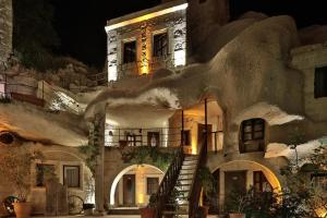 (Shoestring Cave House)
