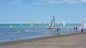 Gîtes de la Mer - Mer et Soleil, Case vacanze  Hauteville-sur-Mer - big - 33