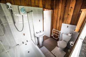 Timber Hill Self Catering Cedar Lodges, Dovolenkové domy  Broad Haven - big - 11