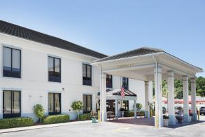 Baymont Inn & Suites Savannah