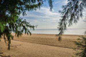 Sandy Beach Condo 15E, Appartamenti  Petchaburi - big - 3