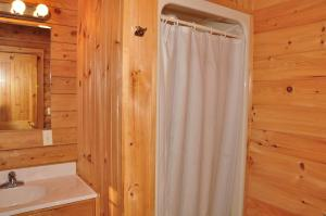 Tranquil Timbers Deluxe Cabin 5, Holiday parks  Sturgeon Bay - big - 8