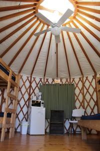 Tranquil Timbers Yurt 4, Комплексы для отдыха с коттеджами/бунгало  Sturgeon Bay - big - 17