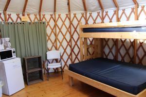 Tranquil Timbers Yurt 4, Комплексы для отдыха с коттеджами/бунгало  Sturgeon Bay - big - 16