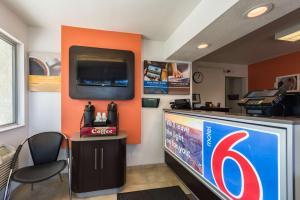 Motel 6 Reno - Virginia Plumb, Отели  Рено - big - 17