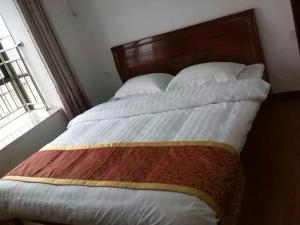 ShiwaiTaoyuan Three Bedroom Two Living Room Apartment