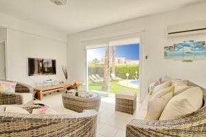 Coral Bay Villa 10, Villas  Peyia - big - 2