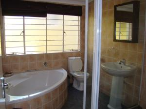 African Rose Guesthouse, Guest houses  Kempton Park - big - 4