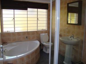 African Rose Guesthouse, Penzióny  Kempton Park - big - 4