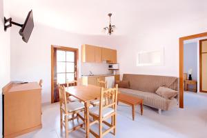 Apartamentos Colomar, Apartmány  Playa de Es Figueral - big - 6