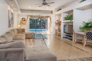 Vacation Pool Home by the Beach, Case vacanze  Naples - big - 12