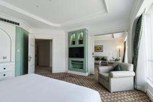 Tower Family Suite with Partial Sea View