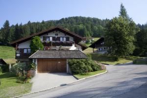 Ferienwohnung-Kaiserblick-im-Haus-Christl - Apartment - Reit im Winkl