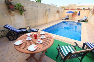Ta' Bejza Holiday Home with Private Pool, Holiday homes  Xewkija - big - 1