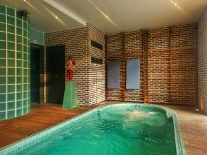 Swimming pool SweetHOME Lacroute&Buffet Maison d'Hôtes & Spa