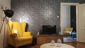 Apartment Black&Yellow