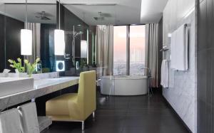 Apartament typu Opera z łóżkiem typu king-size i widokiem na wieżowiec Burdż Chalifa oraz panoramę Dubaju