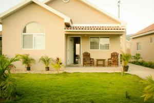 caymanas estate AJ Guest house, Holiday homes  Caymanas - big - 1