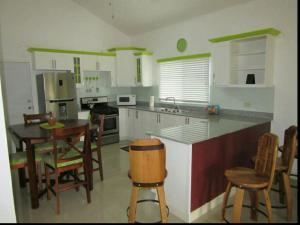 caymanas estate AJ Guest house, Holiday homes  Caymanas - big - 14