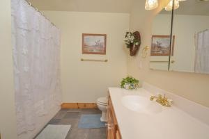 Rock Lodge Cabin Four-Bedroom Holiday Home, Дома для отпуска  McHenry - big - 25