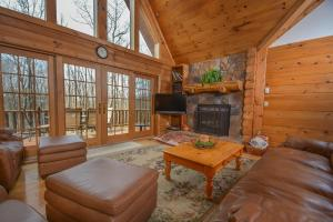 Rock Lodge Cabin Four-Bedroom Holiday Home, Дома для отпуска  McHenry - big - 22