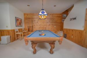 Rock Lodge Cabin Four-Bedroom Holiday Home, Дома для отпуска  McHenry - big - 14