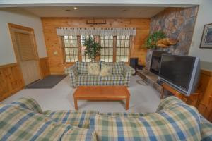 Rock Lodge Cabin Four-Bedroom Holiday Home, Дома для отпуска  McHenry - big - 12