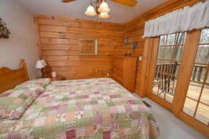 Rock Lodge Cabin Four-Bedroom Holiday Home, Дома для отпуска  McHenry - big - 11