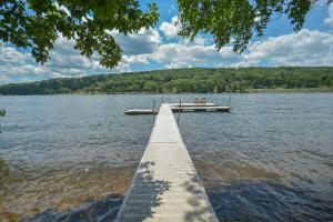 Lakeside Dreamin' Four-Bedroom Holiday Home, Dovolenkové domy  McHenry - big - 10