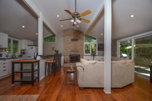Lakeside Dreamin' Four-Bedroom Holiday Home, Holiday homes  McHenry - big - 9