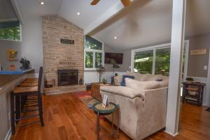 Lakeside Dreamin' Four-Bedroom Holiday Home, Holiday homes  McHenry - big - 6