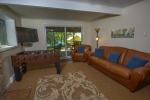 Lakeside Dreamin' Four-Bedroom Holiday Home, Holiday homes  McHenry - big - 2