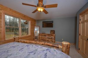 Log Me Inn Five-Bedroom Holiday Home, Дома для отпуска  McHenry - big - 9