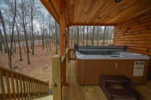 Log Me Inn Five-Bedroom Holiday Home, Дома для отпуска  McHenry - big - 4