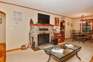 Whispering Oaks Three-Bedroom Holiday Home, Holiday homes  McHenry - big - 17