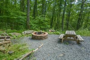 Hideout at Red Pines Three-Bedroom Holiday Home, Case vacanze  McHenry - big - 13