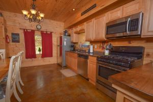 Hideout at Red Pines Three-Bedroom Holiday Home, Dovolenkové domy  McHenry - big - 6