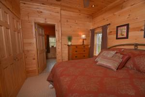 Hideout at Red Pines Three-Bedroom Holiday Home, Case vacanze  McHenry - big - 3