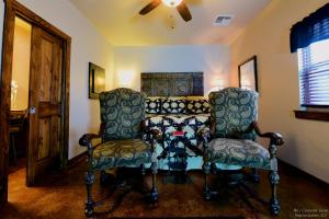 Lazy T Bed and Breakfast, Bed & Breakfast  Fredericksburg - big - 5