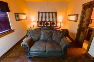 Lazy T Bed and Breakfast, Bed & Breakfast  Fredericksburg - big - 7