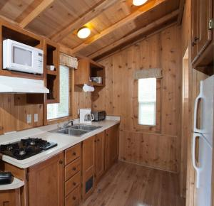 Pacific City Camping Resort Cabin 5, Комплексы для отдыха с коттеджами/бунгало  Cloverdale - big - 4