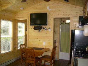 Pacific City Camping Resort Cottage 3, Комплексы для отдыха с коттеджами/бунгало  Cloverdale - big - 6