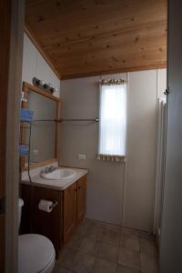Pacific City Camping Resort Cabin 4, Комплексы для отдыха с коттеджами/бунгало  Cloverdale - big - 3