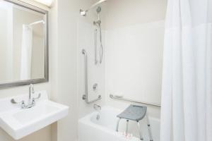Baymont Inn and Suites Peoria, Отели  Peoria - big - 12