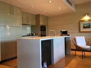 Absolute Waterfront Apartment Airlie Beach