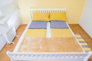 Studio Apartment Yellow - фото 14
