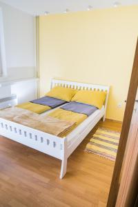 Studio Apartment Yellow - фото 13