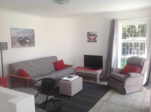 The Cottage - 8 Hertzog Rd, Southern Suburbs