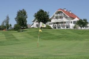 Hotel Golfhotel Villa Drachenwand: Golfhotel Villa Drachenwand na úpatí impozantní hory Drachenwand (Dračí stěna) má scénické umístění přímo na golfovém hřišti. Tento malý, rodinný, golfový hotel je rájem pro golfisty. Nachází se v nádherné krajině a nabízí nádherný výhled na jezero.